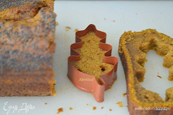 Вырезаем затем аккуратно формой кекс. Кекс ,если у вас хорошо охладился,то будет идеально выходит из формочки при разрезе.