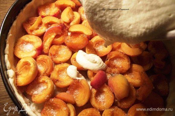 Выливаем творожный крем на абрикосы и отправляем запекаться до золотистой корочки на 45-50 минут.
