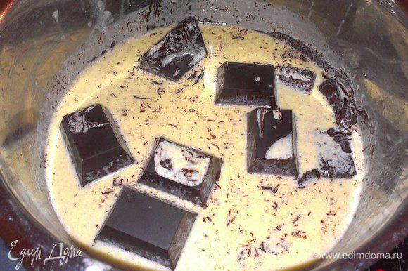 Поломайте шоколад на кусочки, смешать его со сливочно-масляным кремом и дайте ему расплавиться.