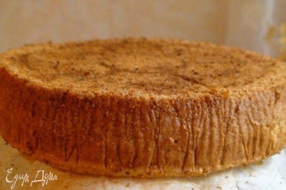Выпекать 20-40 мин. (ориентируйтесь по своей духовке) до румяности и пробы на сухую палочку. Выключить духовку и дать остыть бисквиту в форме. Затем вытащить форму, аккуратно перевернуть на пергамент и освободить бисквит. Завернуть в фольгу и отправить в морозильник на 30 мин. (чтобы удобно было разрезать).