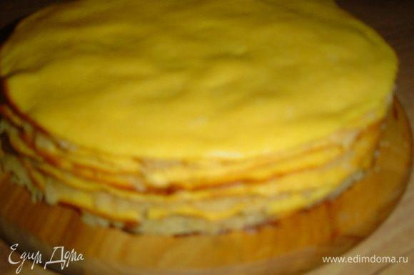 Теперь собираем торт. На коржи наносим начинку, кроме верхнего, а затем накрываем торт сверху фольгой, ставим груз и оставляем на час.