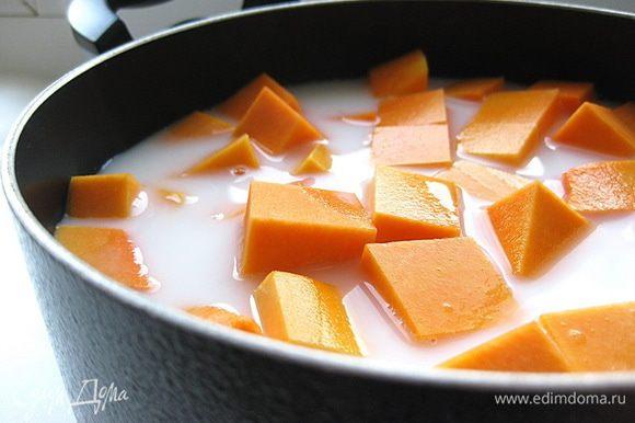 Залить молоком, смешанным с водой.