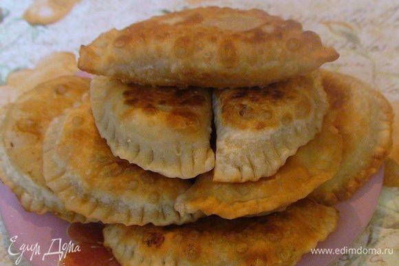 Готовые пирожки выложить на бумажное полотенце и дать впитался лишнему жиру.