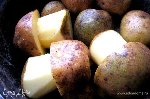 Помещаем в высокую кастрюлю вместе с другой картошкой...Заливаем водой,солим и варим до готовности.Лучше не прокалывать ножом грибочки,а проверять на готовность соседние картофелины!