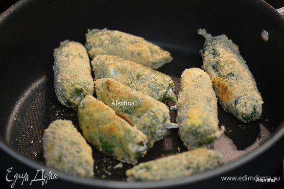 Разогреем сковороду с растительным маслом на медленном огне. Выкладываем перчики на сковороду и слегка их обжариваем, аккуратно переворачиваем.
