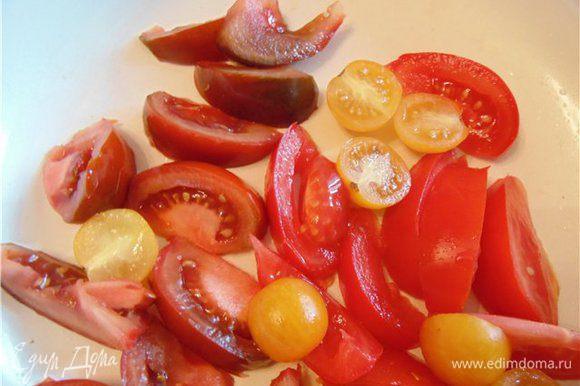 Обжариваем помидоры на растительном масле. Я взяла разноцветные=).