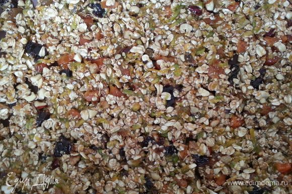 Смешиваем все ингредиенты, добавляем мед. Раскладываем на силиконовом коврике или пергаменте. Ставим в духовку (150С) на 1 час, переодически помешиваем