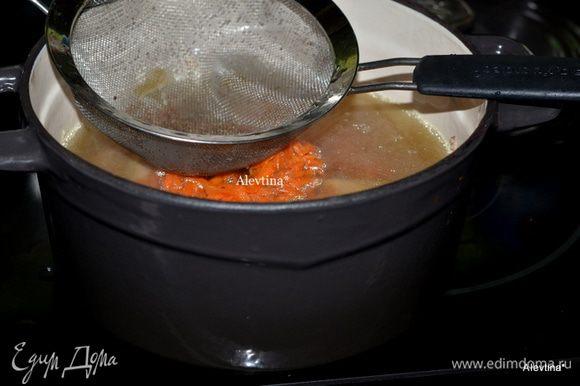 Бульон процедить от овощей. Лук, зелень, имбирь и сельдерей, чеснок удалить. Картофель можно оставить на другое блюдо. В процеженный бульон добавить натертую морковь, куриное мясо кусочками. Дать полностью остыть и поставить в холодильник на 3 часа. Затем снять жир сверху.
