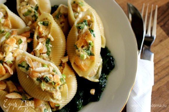 В блюдо выложить шпинат и ракушки. Присыпать сверху подсушенным миндалём. Приятного аппетита!