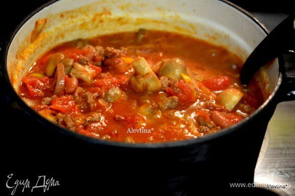 Овощи обжаренные с грибами добавляем в фарш, затем фасоль баночную готовую, промытую с баночки, томатный соус, готовая сальса. Тушим все вместе и помешиваем до готовности.