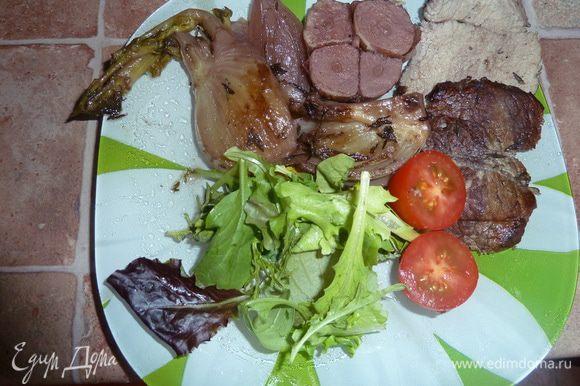 Тонко нарезанный ростбиф можно подать с овощами, микс-салатом и помидорами черри.