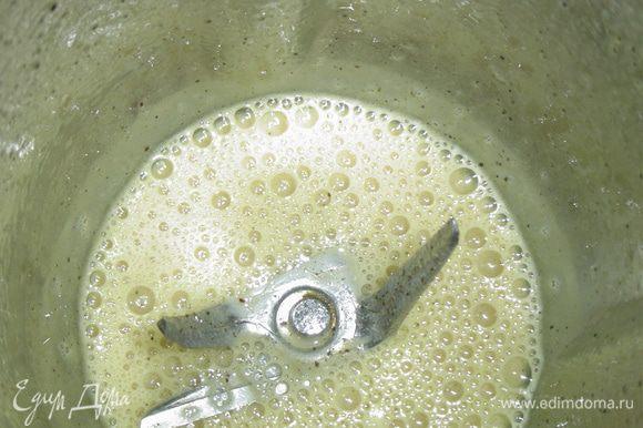 помещаем в блендер и взбиваем на протяжении минуты. Затем тоненькой струйкой вливаем растительное масло, взбиваем до тех пор, пока масса не станет густой( на это уйдет пару минут).