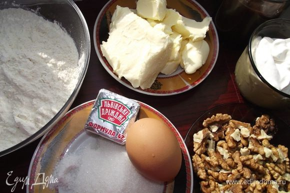 Дрожжи смешиваем с 1 ст. л. сметаны в отдельной посуде.