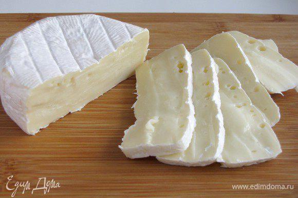 Сыр нарезать пластиками.