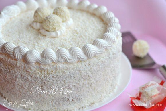 Уже на следующий день взбить кондитерские сливки, промазать ими торт, посыпать верх и бока кокосовой стружкой и украсить по желанию.