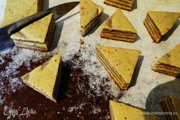 """Достаем нашу форму, вынимает """"пирог"""", разрезаем его на треугольники."""
