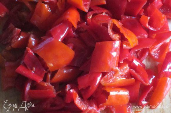 Перцы помыть,разрезать пополам, удалить семена и белые прожилки, нарезать небольшими кусочками (лучше делать это в перчатках).