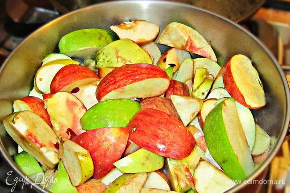 Затем добавить яблоки, закрыть кастрюлю крышкой и проварить мин 20 до полного размягчения яблок (периодически нужно будет помешивать).