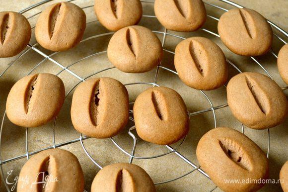Готовому печенью дать остыть на решетке... Из указанного количества ингредиентов у меня получилось 30 штучек.