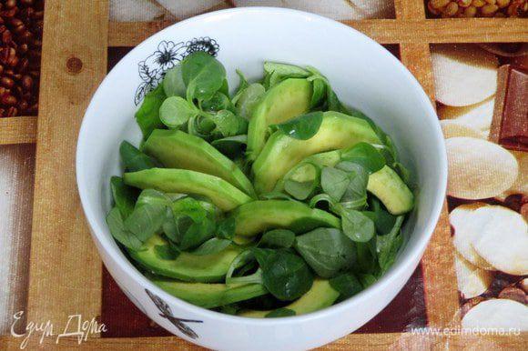 Листовой салат порвите на кусочи и разложите их и салат корн по салатникам, накапайте заправку, добавьте сельдерей, авокадо и подсушенные орехи кешью. Встряхните. Сверху натрите сыр Джюгас.