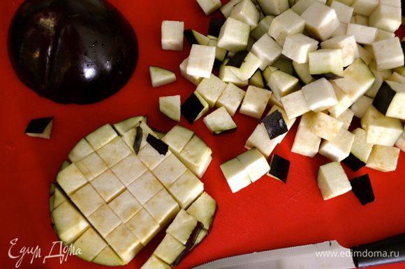 Я нарезала сначала перец и лук, а уже затем баклажаны, сразу перед тем, как положить их в готовый кипящий томат, чтобы они не потемнели..