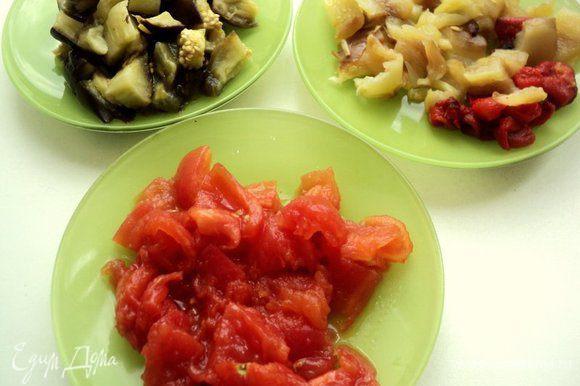 Положить запеченные овощи в целлофановый пакет, закрыть и дать остыть до теплого состояния. После чего очистить от кожицы. Нарезать овощи кубиками в отдельные мисочки. С помидоров слить выделившийся сок.
