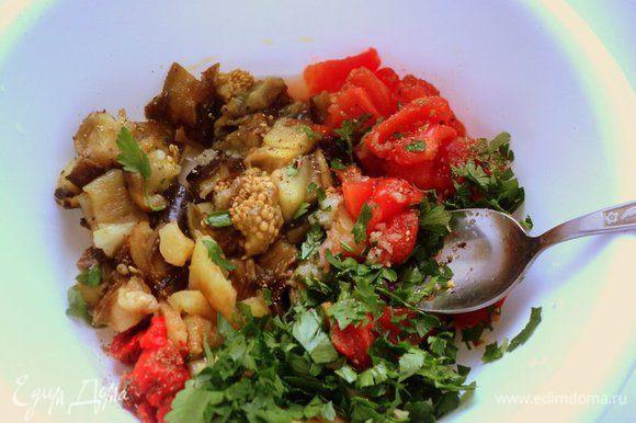 Поместить овощи в салатницу, добавить измельченный чеснок, соль, перец, масло и лимонный сок, сахар. Добавить измельченную зелень кинзы (я не люблю кинзу, поэтому добавила петрушку) и все хорошенько перемешать.