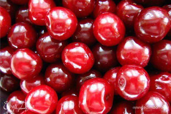 Сверху почти до краев высыпать вишню или любую другую ягоду, залить водкой.