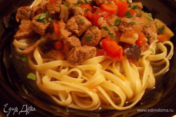 Выкладываем на тарелку лапшу и щедро поливаем мясным суп-подливкой. Посыпаем зеленью и подаем. Приятного аппетита!