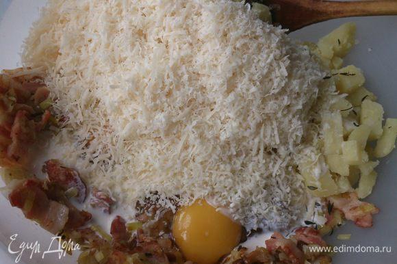 Смешать картофель с луком, беконом и сыром. Влить сливки и яйца. Приправить солью, перцем и тимьяном.
