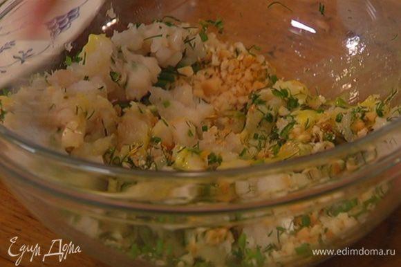 Выложить рыбу к сухарям с зеленью и специями, добавить половинку взбитого яйца и все перемешать.
