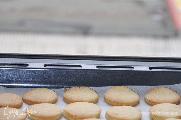 Полностью остудить печенье.