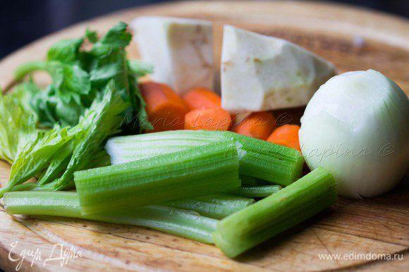 Подготавливаем все овощи, чистим и моем их.
