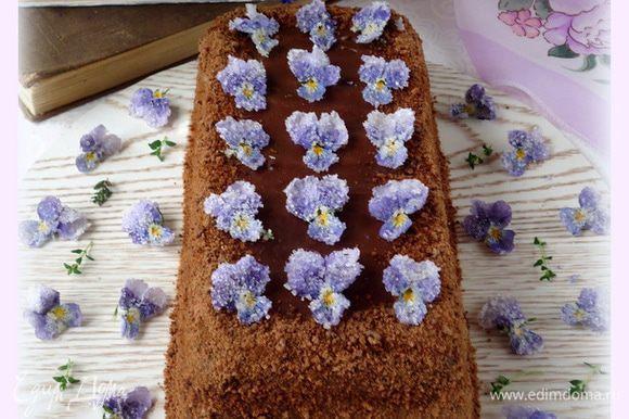 После украсить торт по желанию. Я украсила засахаренными цветами. Приятного!!