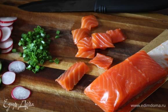 Лосось нарезаем небольшими кусочками. Для заправок смешиваем необходимые ингредиенты до однородности и добавляем в салат. Солим и перчим по вкусу.