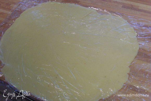 Марципан раскатать в тонкий слой (я использовала для этого плёнку).