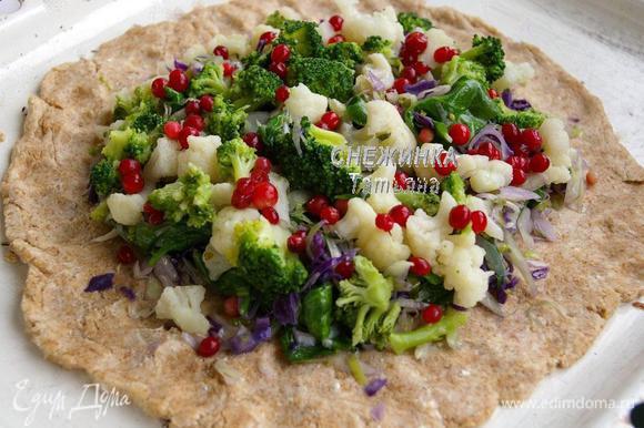Сверху распределяем горкой брокколи и цветную капусту. Посыпаем брусникой.