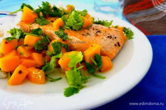На готовую рыбу уложить чимичурри и сразу угощать.