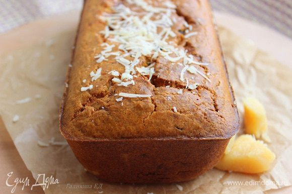 Форму смазать оливковым маслом и обсыпать мукой. Выложить тесто и отправить в духовку на 40-45 минут.