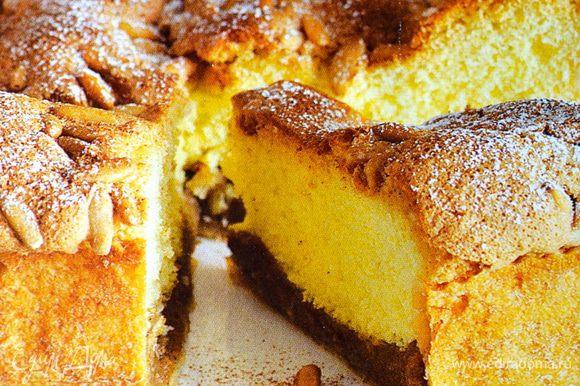 Готовый пирог переложить на сервировочное блюдо и присыпать немного сахарной пудрой и оставшейся корицей. Приятного.... )))))
