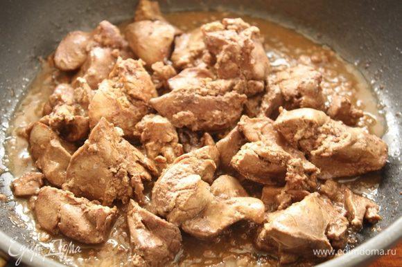 Печень куриную помыть, удалите пленки, обсушить и обжарить на оливковом масле до готовности.