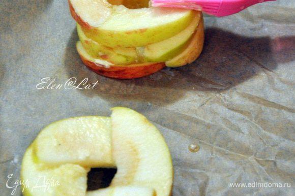 На заранее застеленный пергаментом противень уложить дольки яблок в виде колодцев. Четыре дольки, а на них еще четыре. И чтобы каждая долька заходила друг на друга. По фото, думаю понятно.