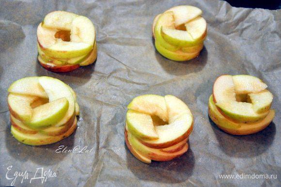 Каждый слой смазать растопленным сливочным маслом. Теперь наши яблочки ставим в заранее разогретую до 200С духовку на 10 минут.