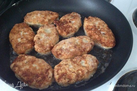 Разогреть сковородку с растительным маслом и обжарить котлеты до готовности....
