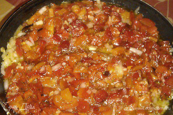 В глубокой сковороде обжариваем измельченный чеснок, добавляем столовую ложку сахара (появится обалденный аромат). НЕ передерживаем. Добавляем перец, соль, черный молотый перец. Тушим 5-10 минут. И отставляем до поры.