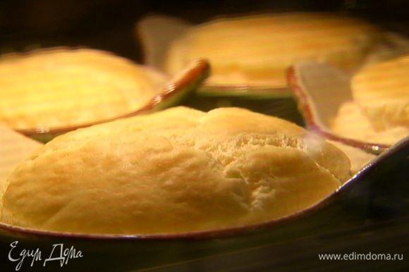 Укроп мелко порубить и посыпать готовое суфле.