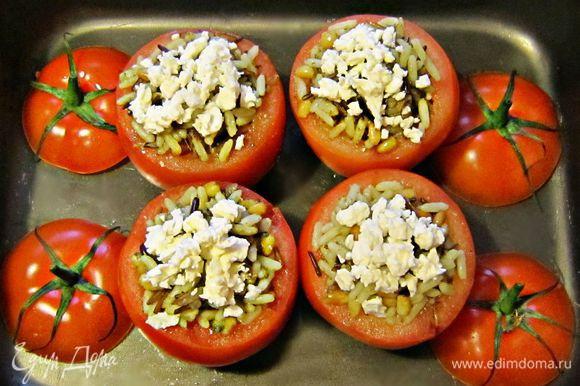 Наполнить начинкой помидоры, сверху посыпать фетой и сбрызнуть оливковым маслом. Поставить фаршированные помидоры в смазанную оливковым маслом форму для запекания. Запекать помидоры в разогретой до 180г духовке в течение 20мин.