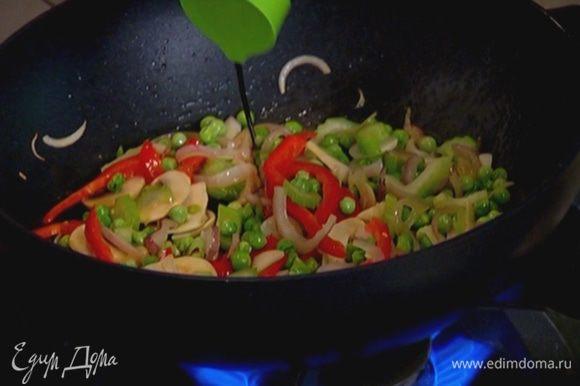 Сухой перец чили раскрошить руками, добавить в сковороду, перемешать, затем влить соевый соус и снова все перемешать. Выложить рис и, перемешивая, прогреть.