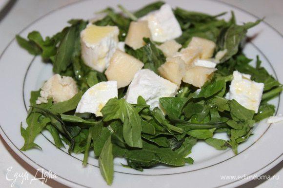 Порвать листья в миску руками, сыр и грушу нарезать средними кубиками, перемешать с листьями рукколы и базилика, полить оливковым маслом. У меня был еще козий сыр поленом, поэтому я еще добавила 5 колечек сыра, но это по желанию.