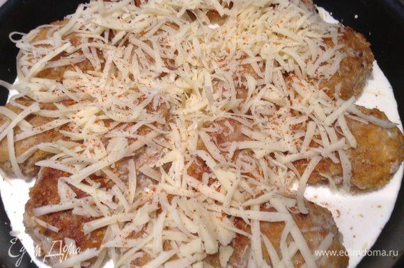 Переложить котлеты из сковороды в форму для выпечки, добавить сливки и посыпать сыром.